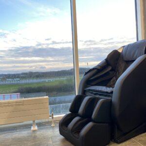 Atmos massage stol i svart i takvåning dansk design
